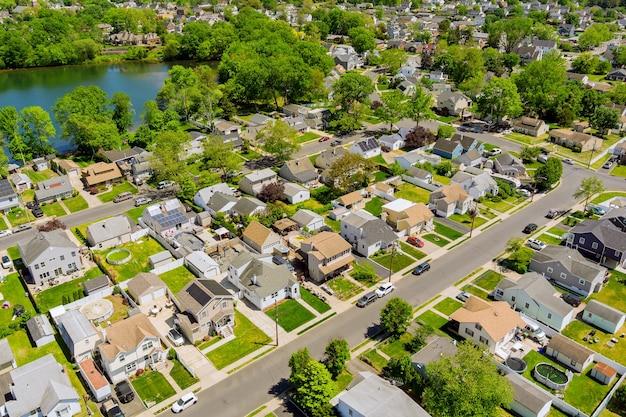 Vista aérea de casas unifamiliares, um bairro residencial de sayreville perto do lago em nova jersey, eua
