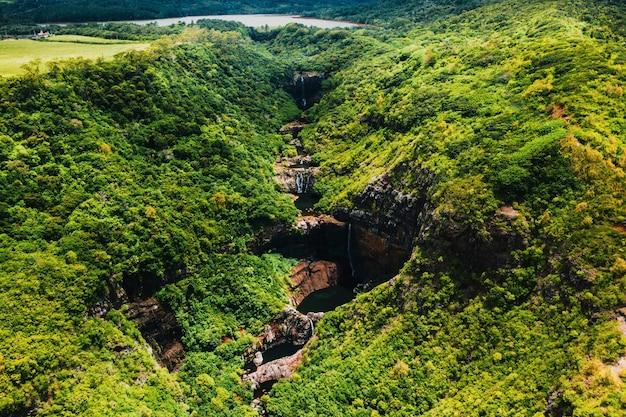 Vista aérea de cima da cachoeira tamarin sete cascatas nas selvas tropicais da ilha de maurício.
