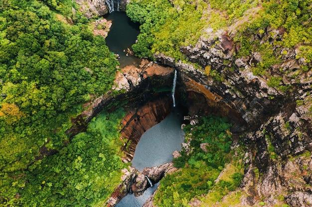 Vista aérea de cima das sete cascatas do tamarin nas selvas tropicais