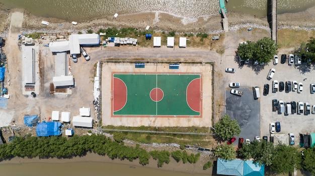 Vista aérea de cima de quadras de futebol de futebol ou basquete na ilha de phangnga, tailândia.