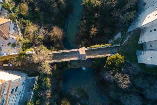 Vista aérea de cima para baixo da ponte de cecco