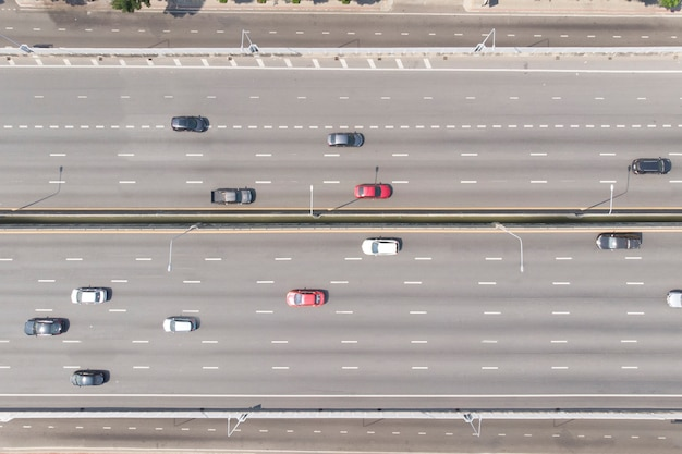 Vista aérea de cima para baixo de carros na rua da via expressa