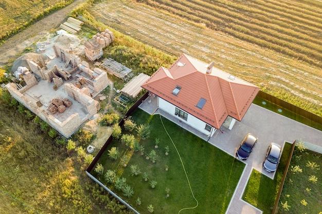 Vista aérea de cima para baixo de duas casas particulares