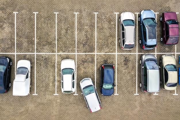 Vista aérea de cima para baixo de muitos carros em um estacionamento de supermercado ou no mercado de revenda de carros à venda