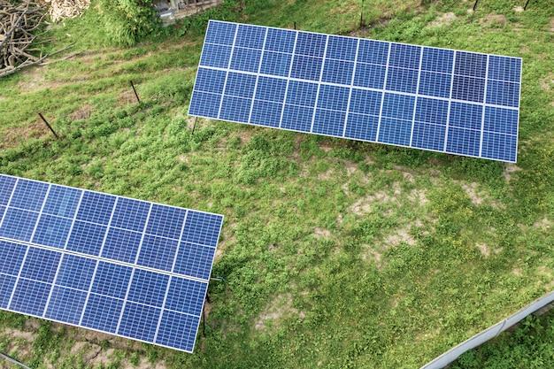 Vista aérea de cima para baixo de painéis solares na área rural verde.