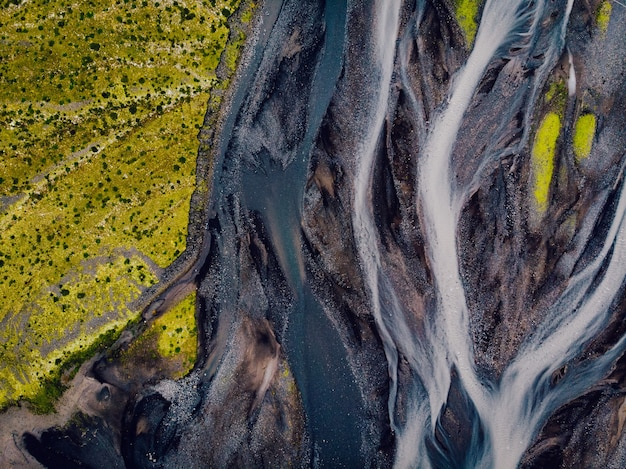 Vista aérea de cima para baixo do rio glacial na islândia, tiro de drone