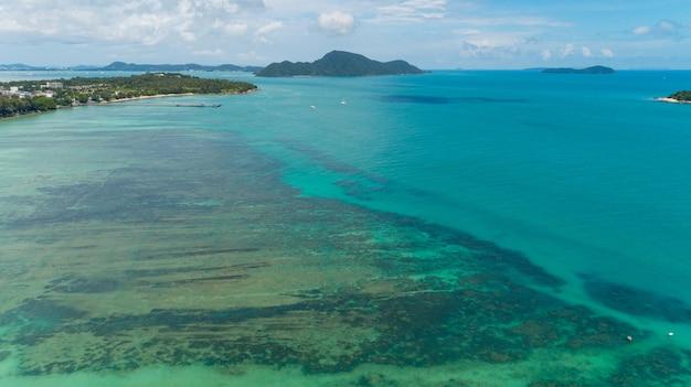 Vista aérea de cima para baixo dos recifes de coral no mar tropical em dia ensolarado de verão, ambiente de natureza e conceito de plano de fundo de viagens.