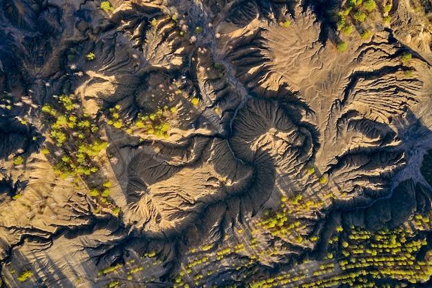 Vista aérea de colinas arenosas, lagos, rios, terreno