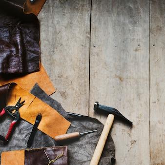 Vista aérea, de, couro, crafting, com, ferramentas, ligado, tabela madeira