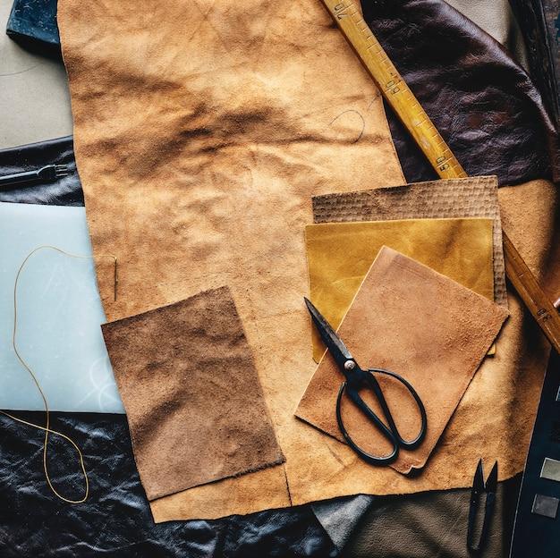 Vista aérea, de, couro, crafting, com, ferramentas