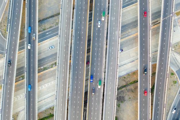 Vista aérea de cruzamentos de rodovia vista superior da cidade urbana