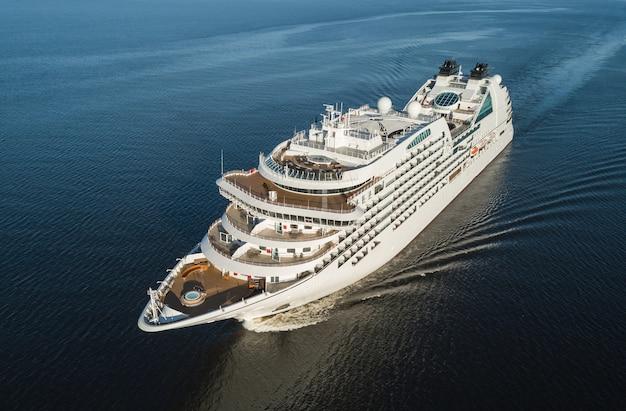 Vista aérea de cruzeiro navegando no mar