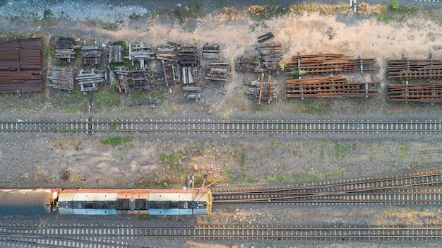 Vista aérea, de, diesel, locomotiva trem, e, estrada ferro, trilhas, -, vista superior, pov, de, industrial, conceitual, cena, com, trens