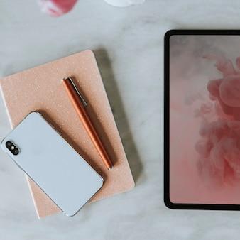 Vista aérea de dispositivos digitais na mesa de trabalho