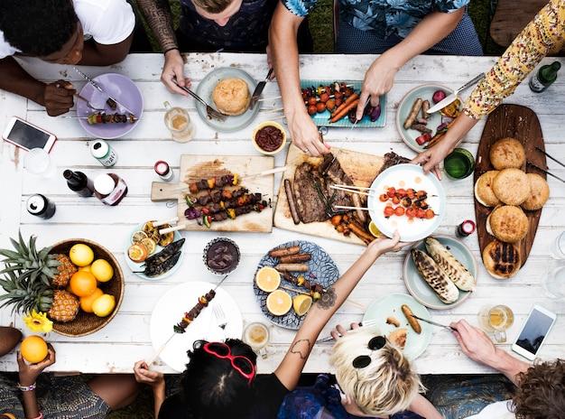 Vista aérea, de, diverso, amigos, reunião, tendo, alimento, junto
