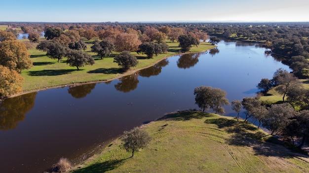 Vista aérea de dois rios ao longo do campo