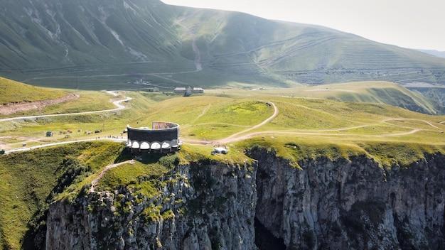 Vista aérea de drone da natureza no memorial do vale verde da geórgia, montanhas do cáucaso, na borda