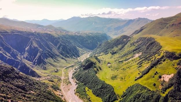 Vista aérea de drone da natureza no rio de montanha do vale da vegetação da geórgia, montanhas do cáucaso