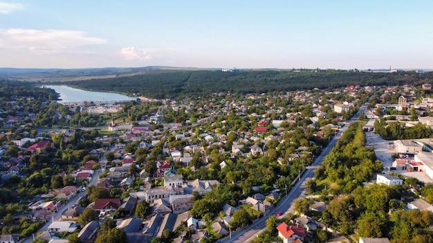 Vista aérea de drone de um vilarejo na moldávia prédios residenciais colinas baixas ao redor da vegetação