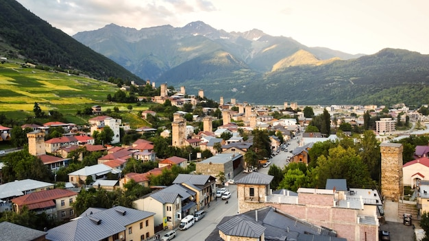 Vista aérea de drone de uma vila localizada em um vale das montanhas do cáucaso, na geórgia