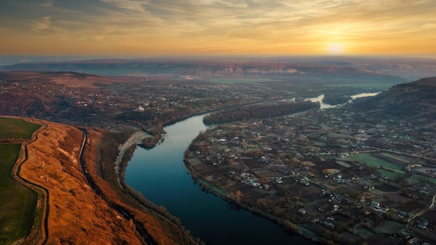 Vista aérea de drone de uma vila na moldávia ao pôr do sol