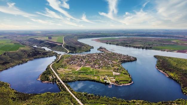 Vista aérea de drones da natureza nos rios flutuantes da vila da moldávia com pontes, colinas e campos baixos