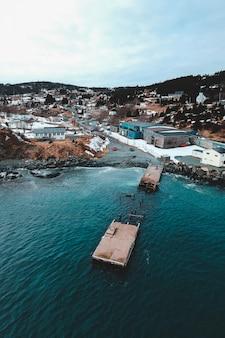 Vista aérea de edifícios da cidade perto do corpo de água durante o dia