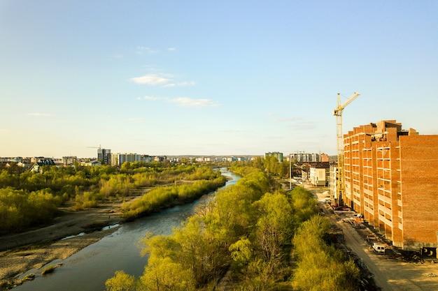 Vista aérea de edifícios de apartamentos residenciais altos em construção e o rio bystrytsia na cidade de ivano-frankivsk, ucrânia.