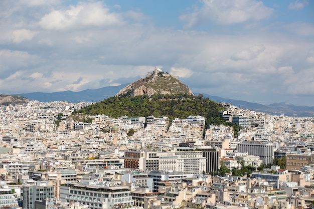 Vista aérea de edifícios e colinas em atenas, grécia