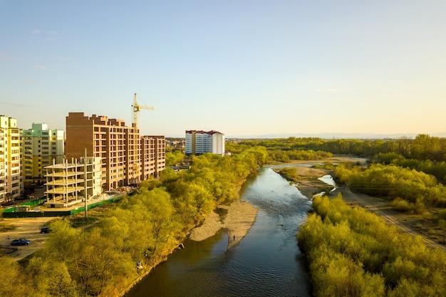 Vista aérea de edifícios residenciais altos em construção