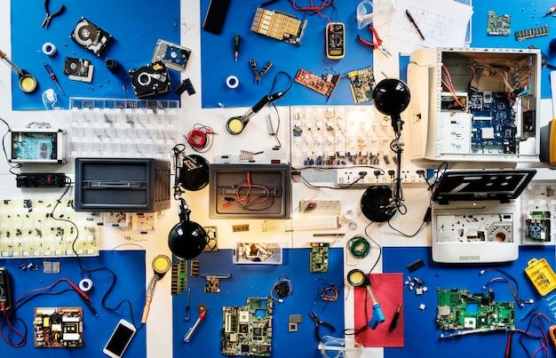 Vista aérea, de, eletrônica, técnicos, tabela, oficina