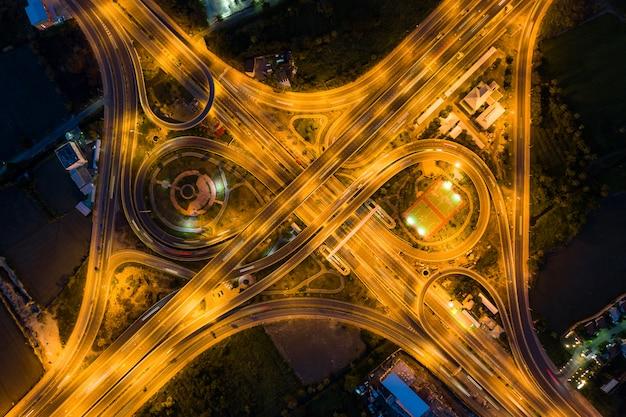 Vista aérea de entroncamentos rodoviários