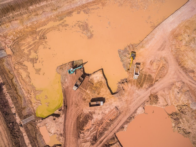 Vista aérea, de, escavador, e, caminhão, trabalhando
