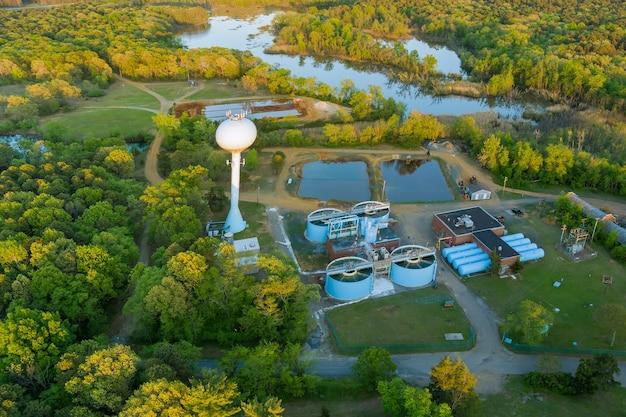Vista aérea de esgoto de uma usina de tratamento de esgoto em uma área industrial próxima