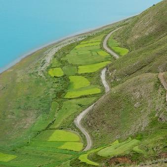 Vista aérea, de, estrada, passagem, agrícola, campos, ao longo, yamdrok, lago, nagarze, shannan, tibet,