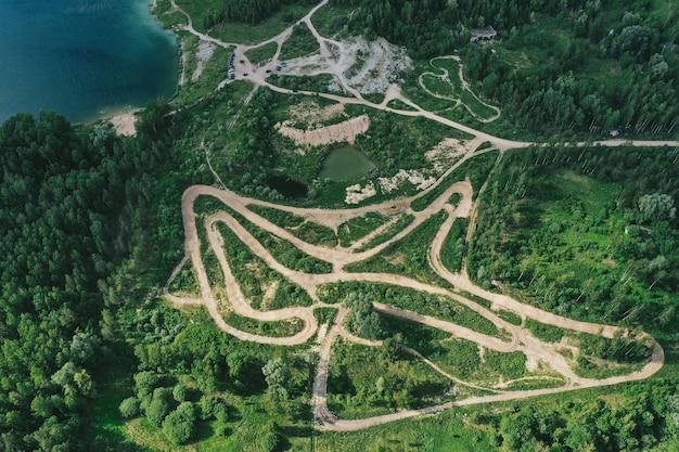 Vista aérea de estradas florestais