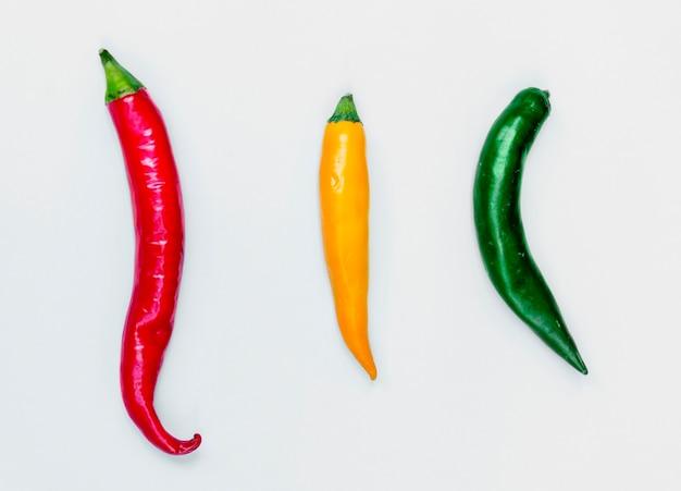 Vista aérea, de, fresco, vermelho verde amarelo, pimentas pimenta-malagueta, branco, fundo