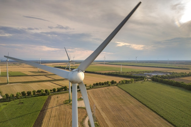 Vista aérea de geradores de turbinas eólicas em campo produzindo eletricidade ecológica limpa.