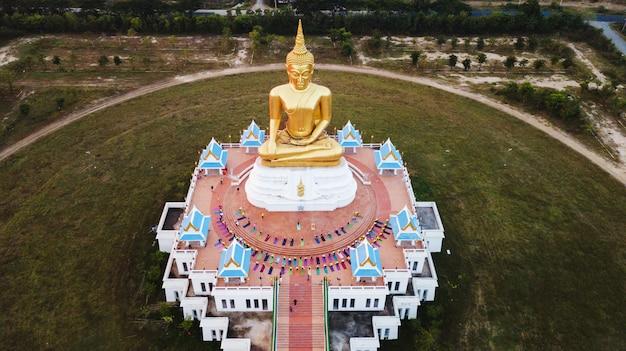 Vista aérea, de, grande, dourado, buddha, estátua, em, ascensão sol, campo, de, tailandia