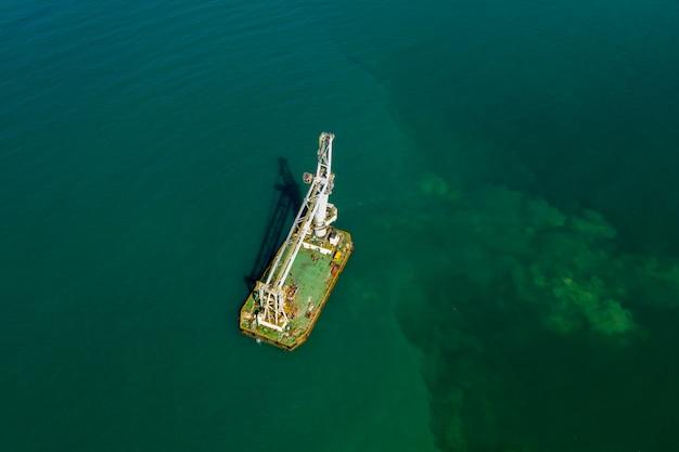 Vista aérea de grandes remessas no mar verde