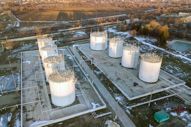 Vista aérea de grandes reservatórios de combustível na zona industrial de gasolina no inverno.