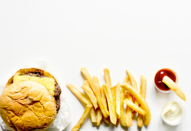 Vista aérea de hambúrguer e batatas fritas fast food