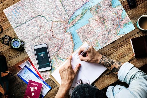 Vista aérea, de, homem, planejando a viagem, escrita, ligado, caderno