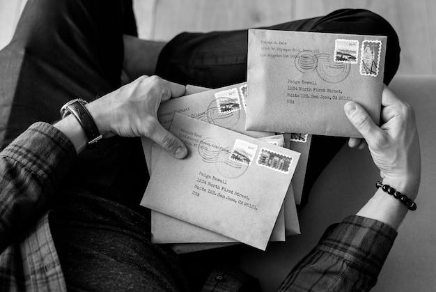 Vista aérea, de, homem, selecionar, envelopes