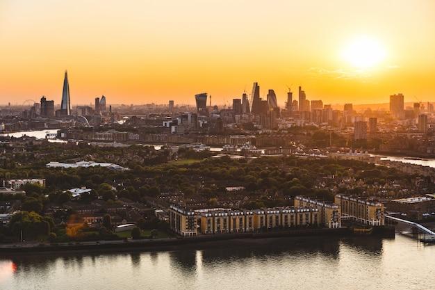 Vista aérea de horizonte de londres ao pôr do sol