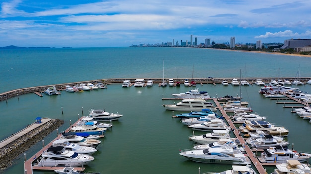 Vista aérea de iates e barcos ancorados na marina.