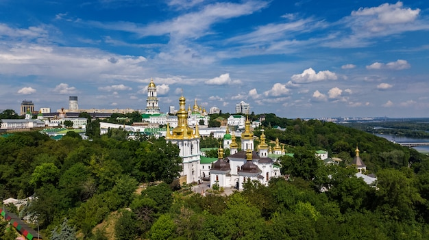 Vista aérea de igrejas nas colinas