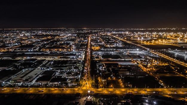 Vista aérea, de, industrial, propriedade, à noite