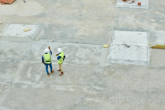 Vista aérea de inspetores de construção