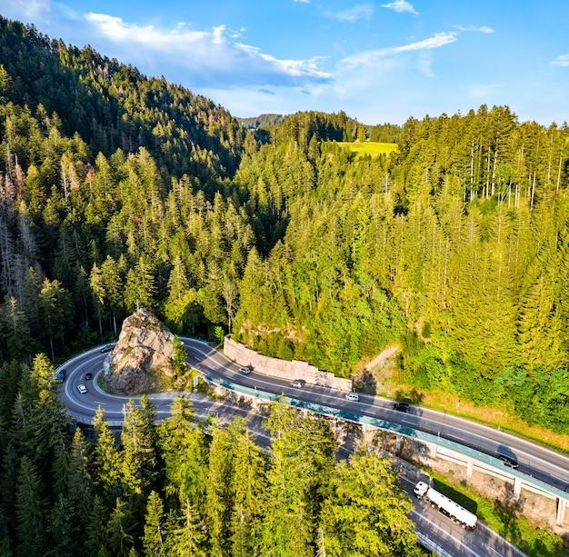 Vista aérea de kreuzfelsenkurve, uma curva fechada nas montanhas da floresta negra, alemanha